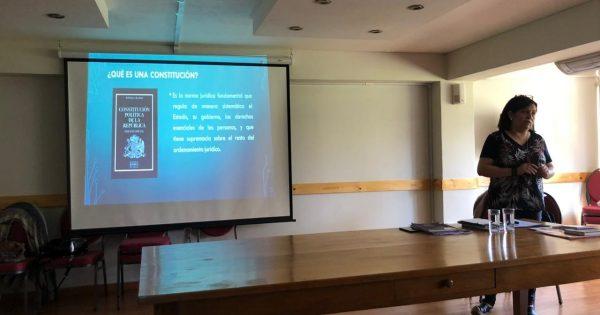 Académicas UVM realizan charla sobre Constitución y el Proceso Constituyente a adultos mayores