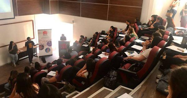 Futuros enfermeros participan en conversatorio con titulados de la carrera