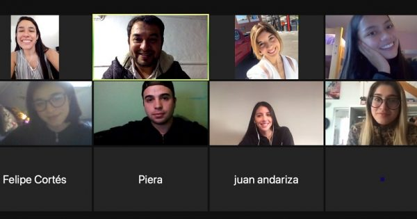 Relacionadora pública mexicana participa en clase virtual con estudiantes