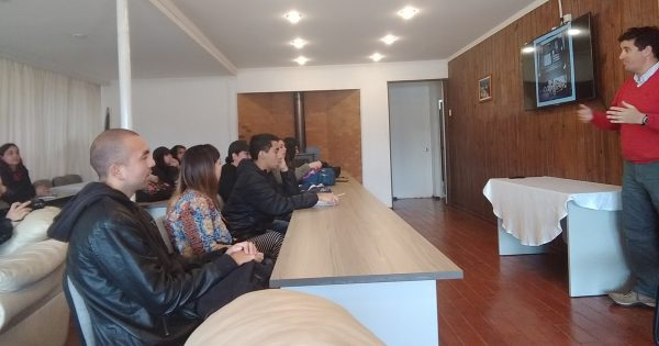 Alumnos de Cine UVM inician trabajo audiovisual junto a aeródromo de Rodelillo