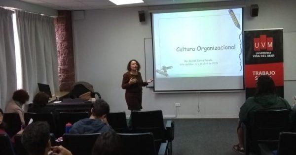 Futuros trabajadores sociales UVM participan en coloquio sobre cultura organizacional