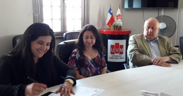 Becadas UVM firman compromiso