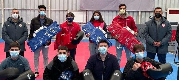En complejo deportivo de la UVM hacen entrega de implementación a taekwondistas